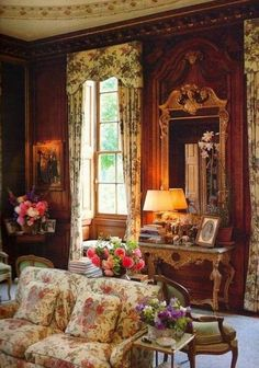 If you love Victorian house interior design, this article is right for you. Victorian house interior design is one of the most attractive and popular interior design styles. Victorian Interior, Classic House, Decor, Home Interior Design, English Country Decor, Victorian Furniture, Victorian Home Decor, Interior Design, House Interior