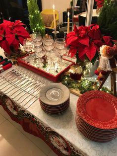 Christmas Dining Table, Christmas Table Settings, Gold Christmas Decorations, Christmas Tree Themes, Merry Christmas Happy Holidays, Elegant Christmas, Fall Decor Signs, Elegant Table Settings, Christmas Entertaining