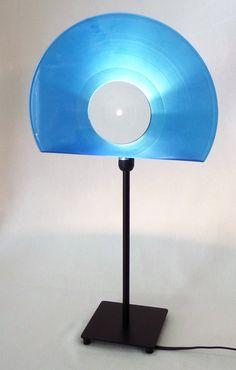 **Der Lampenschirm der Tischlampe wurde aus einer Vinyl Color (blue) Schallplatte** angefertigt.   Einfaches, schlichtes Design, jedoch unheimlich dekorativ, die Lampe ist ein Eyecatcher für...