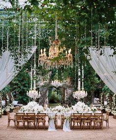 Ideal para techos altos, luz y verde, brillo y frescor. Perfecto con dorados y rosas http://ideasparatuboda.wix.com/planeatuboda