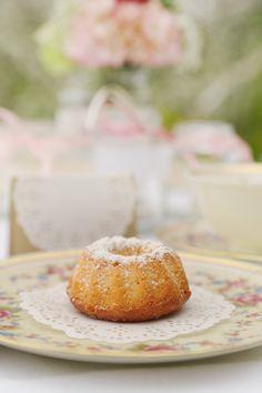 Sweet little vintage cake by Williams & Gauld - Design . Wedding . Events