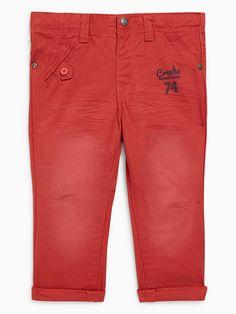 7a0cc5e5fe4aa Pantalon denim uni Rouge Voici un basique du dressing de bébé   le pantalon  denim. Celui-ci est signé Creeks et est orné du logo de la marque sur le  devant.