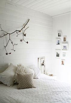 Um simples ramo de uma árvore pregado na parede e não é preciso muito mais, não é? Lindo!