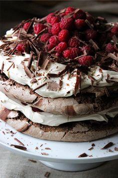 Hallelujah! We hebben weer een mega lekker recept voor de vrijdagmiddag! Op het menu voor vandaag staat deze geweldige chocolade merengue layer cake. Yum!