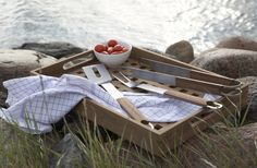 Das Fionia Tablett von Skagerak aus Teakholz dient als praktische Ablage für Grillzubehör. | The Fionia Tray by Skagerak made of teak wood can be used for barbecue Accessories.