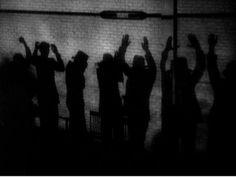 Scarface - Howard Hawks, Richard Rosson (1932) - Shadow motif. Influencias del expresionismo alemán, uso de sombras, contrastes, etc. defensor del montaje invisible, rueda en plano frontal no utiliza los recursos de picado y contrapicado típicos en el cine negro.