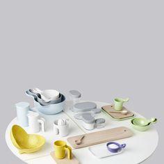 Esta colección de plástico y madera se caracteriza por formas con redondeos muy marcados y un vibrante color amarillo y cuenta con algunas piezas rediseñadas a partir de los diseños de Jansen de 1995, fabricados en cerámica de manera artesanal.