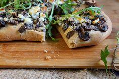 Recette de Focaccia aux champignons, feta et roquette - Ingrédients : 200g de champignons de Paris frais, 100g de feta, roquette, 40g de parmesan, farine...