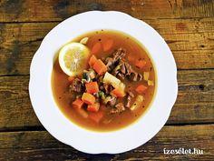 A tárkonnyal, citrommal ízesített tartalmas vadragu leves sok zöldséggel, gombával, zöldborsóval készül, és akár főételként is megállja a helyét. Thai Red Curry, Ramen, Ethnic Recipes, Food, Meal, Eten, Meals, Windows