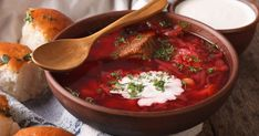 Ukrainian borscht red soup with garlic buns close-up in a bowl on the table. Eastern European Recipes, European Cuisine, Borscht, Ukrainian Recipes, Perfect Food, Tasty Dishes, Chana Masala, Curry, Food And Drink