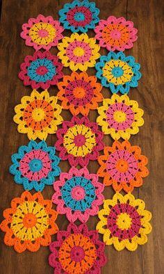 Naperon table way in colorful flowers in Croche in handmade cotton. Crochet Diy, Art Au Crochet, Mandala Au Crochet, Crochet Motifs, Crochet Flower Patterns, Crochet Squares, Crochet Home, Love Crochet, Crochet Gifts