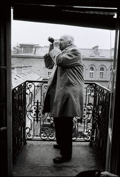 "entregulistanybostan: "" André Kertesz taking a picture from Peter Turnley's balcony, Paris. by Peter Turnley Vía Dimitry Polgar "" Andre Kertesz, Budapest, History Of Photography, Street Photography, Urban Photography, Color Photography, Cara Fresca, New York City, Fotojournalismus"