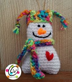 Itty Bitty Snowman X-mas Ornament - Free Amigurumi Pattern here: http://snappy-tots.com/cal-2014-day-1-snowman/