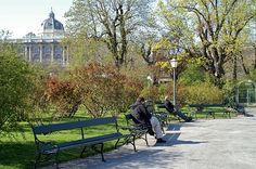Frühling in Wien wurde in Österreich, Wien aufgenommen und hat folgende Stichwörter: Wien,  Bänke.