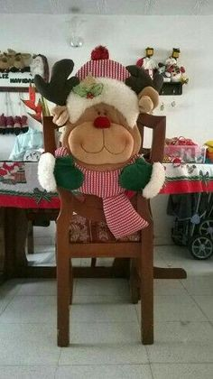 100 Brilliant Projects to Upcycle Leftover Fabric Scraps - Adjourna Christmas Sewing, Felt Christmas, Christmas Time, Christmas Crafts, Christmas Decorations, Xmas, Felt Crafts, Diy And Crafts, Christmas Chair Covers