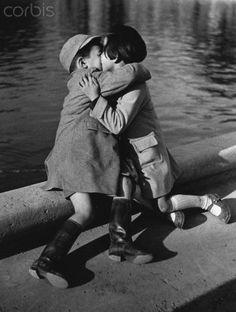 Enfants embrassant à Paris - IG001363 - DROITS GERES - Photo - Corbis