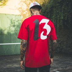 Que tal uma t-shirt cheia de estilo? A Toiss tem esse modelo de camiseta vermelha e muito mais. Para completar o look, aposte no boné aba curva. #UseToiss   como usar - style - street wear - look masculino - estilo. Moda Streetwear, Streetwear Fashion, Hip Hop Fashion, Mens Fashion, Street Wear, Poses, Street Style, Tattoo, T Shirt