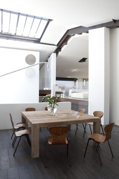 jean-michel wilmotte et associés architectes / maison s,  île de ré Interior Architecture, Interior Design, Table Furniture, Breakfast Tables, Dining Table, House Design, Lofts, Cool Stuff, Projects