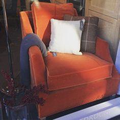 Vi klarer nesten ikke å beskrive med ord hvor begeistrede vi er for vårt nye orange møbelstoff, Fox Velvet. Her er det brukt på en Neptune Home bestselger, stolen Eva, og bildet er fra utstillingen vår i Bygdøy Allé. (åpent til 15 i dag). Vi ønsker dere alle en fortsatt fin lørdag! Er det ikke herlig med høst?!☀️ #neptunehome #neptunehomenorge #interiør #interiordesign #lenestol #armchair #orange #velvet #høst #autumn #fall #design #cozy #furniture #inspirasjon