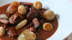 Tradiční francouzský recept, který proslavila fenomenální Julia Child, zvládnete bez obav i u vás doma. Šťavnaté maso v silné omáčce dostane každého. Pretzel Bites, Pot Roast, Sausage, Meat, Fruit, Ethnic Recipes, Food, Carne Asada, Roast Beef