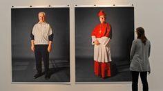 """""""Kleider machen Leute"""" - das Doppelporträt des Regensburger Bischofs Gerhard Ludwig Müller von der Fotografin Herlinde Koelbl."""