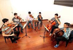 A Camerata Jovem Santista, que tem regência do professor Rômulo de Oliveira Ramos Moreira, traz na formação jovens com idades entre 15 e 25 anos