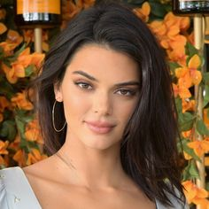 The 5 Hottest Fall Haircut Trends You're About to See Everywhere Kendall Jenner: One-Length Lob Hot Haircuts, Trendy Haircuts, Girl Haircuts, Medium Hair Cuts, Medium Hair Styles, Curly Hair Styles, Curly Hair With Bangs, Hairstyles With Bangs, Kendall Jenner Face