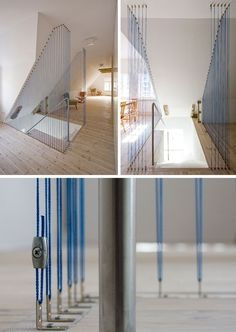 No topo desta escada nesta casa moderna, cordas finas e azuis foram adicionadas para criar uma barreira de segurança e uma delicada característica de design.