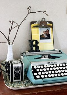love this typewriter vignette. clipboard w/ paint chips & photo, milk glass, vintage camera & typewriter- all my favorite things! Goth Vintage, Shabby Chic Vintage, Vintage Love, Vintage Home Decor, Retro Vintage, Vintage Office, Vintage Stuff, Vintage Kitchen, French Vintage