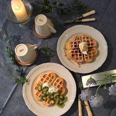 シンプルな食器で食べるデザートタイムもグレーのクロスにするだけでグッと高級感が増します。照明も暗めに、キャンドルでいつもとは違う空間に。