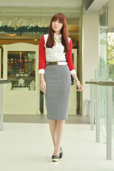 knee lenght bodycon skirt + white button down + metalic belt