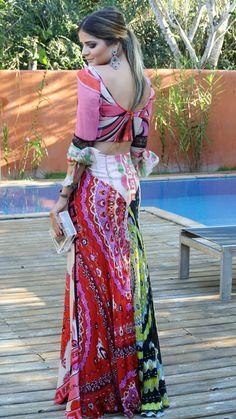 Thassia Naves produzida para um casamento à tarde, na praia de Trancoso, Bahia, Brasil.   Saia e blusa – Emilio Pucci | Jóias – Goldesign | Clutch – Charlotte Olympia