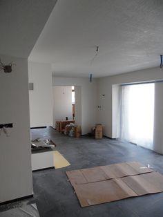 10. August 2015 - Blick ins fertige Restaurant mit Cheminée. Der Raum wartet darauf gereinigt zu werden.