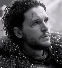 Kit Harington - Jon Snow - Cena final do 3º episódio da sexta temporada de Game of Thrones, quando ele está na frente dos traidores que serão enforcados, com seu olhar de tristeza e decepção. Pena, pois é a morte dos ideais do personagem ético da trama.