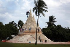 Twelve sculptors from the Sand Sculpture Company got together in Key Biscayne, Florida to attempt to break the record for the world's largest sand castle. #sandsculpturecompany #worldstallestsandcastle