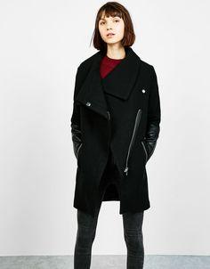 Mantel mit Kunstlederärmeln. Entdecken Sie diese und viele andere Kleidungsstücke in Bershka unter neue Produkte jede Woche
