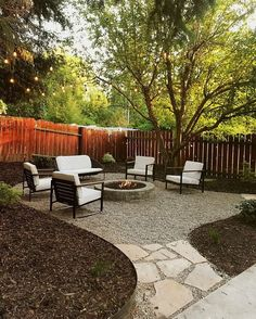 New small backyard patio layout fire pits ideas Patio Pergola, Gravel Patio, Backyard Garden Landscape, Pergola Design, Backyard Seating, Backyard Patio Designs, Small Backyard Landscaping, Diy Garden, Fire Pit Backyard