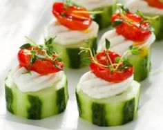Cucumber Rounds w/ Herb Cream Cheese Filling, Grape Tomatoes & Greens recipe: Great for holiday snacking Cucumber Appetizers, Cucumber Cups, Vegetable Appetizers, Cucumber Bites, Cucumber Recipes, Appetizers For Party, Appetizer Recipes, Snack Recipes, Cooking Recipes