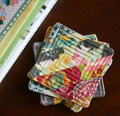 String Block Quilted Coasters/Mug Rugs --check out pins for small quilt projects, which are a great way to get your play time in without a massively daunting time commitment.you can explore creative avenues just a teense. Small Quilt Projects, Small Sewing Projects, Quilting Projects, Sewing Crafts, Quilted Coasters, Quilted Potholders, Fabric Coasters, Diy Coasters, Sewing Patterns Free