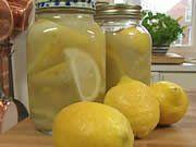 Op mijn weblog staat natuurlijk ook een recept voor ingelegde citroenen bijna een onmisbaar ingredint in tal van Marokkaanse tajine- gerechten.Het originele recept kost echter