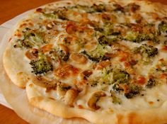Chef Mommy: White Pizza with Broccoli & Mushrooms Ww Recipes, Skinny Recipes, Light Recipes, Italian Recipes, Great Recipes, Chicken Recipes, Healthy Recipes, Pizza Recipes, Skinny Meals