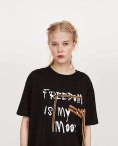Zara'dan 4 ÖNÜ SLOGANLI T-SHIRT Resmi Anti Fashion, Blackpink Fashion, Fashion Outfits, Fashion Design, Shirt Refashion, T Shirt Diy, Fashion Slogans, Denim Tees, Winter T Shirts