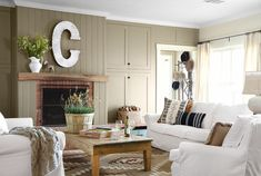 landhausstil wohnzimmer kamin rustikaler couchtisch luftige gardinen
