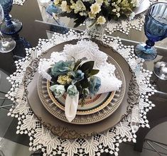 60+ Best Christmas Table Decor ideas for Christmas 2019 where traditions meets grandeur - Hike n Dip #Best #Christmas #Table #Decor #ideas Purple Christmas Decorations, Christmas Table Settings, Christmas Tablescapes, Holiday Tables, Christmas Candles, Christmas Trees, Dining Room Table Decor, Decoration Table, Tray Decor