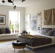I n  una camera spaziosa aggiungiamo delle sedute, tavolini e tutto ciò che amiamo di più.