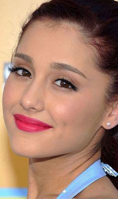 Make up do dia Batom Pink com bastante rímel e delineador .