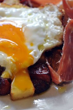 Easy Spanish recipe: Huevos rotos con jamon