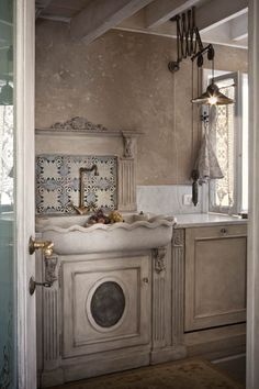 Dolce casa a Firenze | Ville&Casali  So many things good about this pic. The light fixture, the sink, the faucet, the backsplash LS