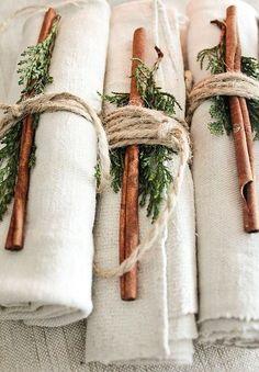 Leuk idee voor een fancy etentje. Linnen servet met kaneelstokje, takjes en touw. Roll and ready!