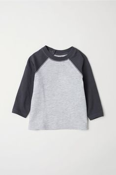 T-shirt in organic cotton jersey with long, contrasting raglan sleeves. Snap fasteners at back of neck. Twin Outfits, Little Boy Outfits, Baby Outfits Newborn, Baby Boy Outfits, Kids Outfits, Manga Raglan, H&m Online, Coton Bio, Comfortable Outfits